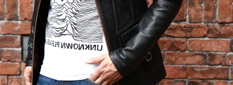 South Paradiso Leather(サウスパラディソレザー) East West イーストウエスト SMOKE スモーク レザージャケット BLACK(ブラック) のコーディネート画像。70年代当時の細身のスタイルを採用しサイズ感はかなりタイトに仕上がっておりTシャツの上に羽織る形のサイジング