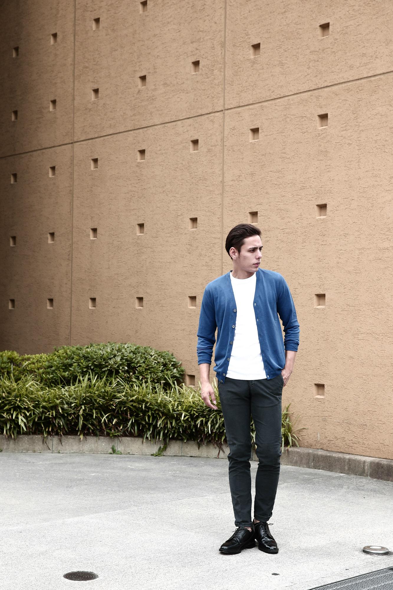 ZANONE(ザノーネ) CARDIGAN Sweaters V-Neck 811904 zy367 Vネックカーディガン BLUE(ブルー・Z3888) のコーデイネート画像。コットンニットを採用した2016年春夏モデル。