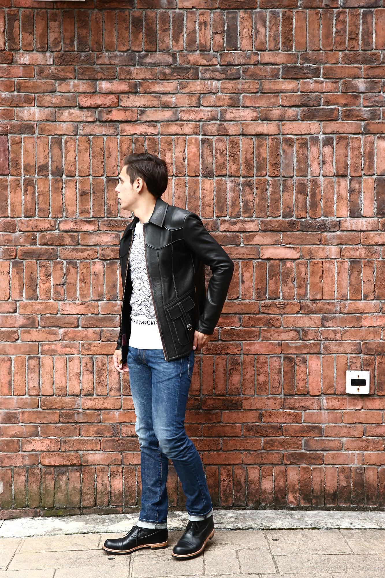 South Paradiso Leather(サウスパラディソレザー) East West イーストウエスト SMOKE スモーク レザージャケット BLACK(ブラック)  のコーディネート画像。70年代当時の細身のスタイルを採用し、サイズ感はかなりタイトに仕上がっており、Tシャツの上に羽織る形のサイジング。