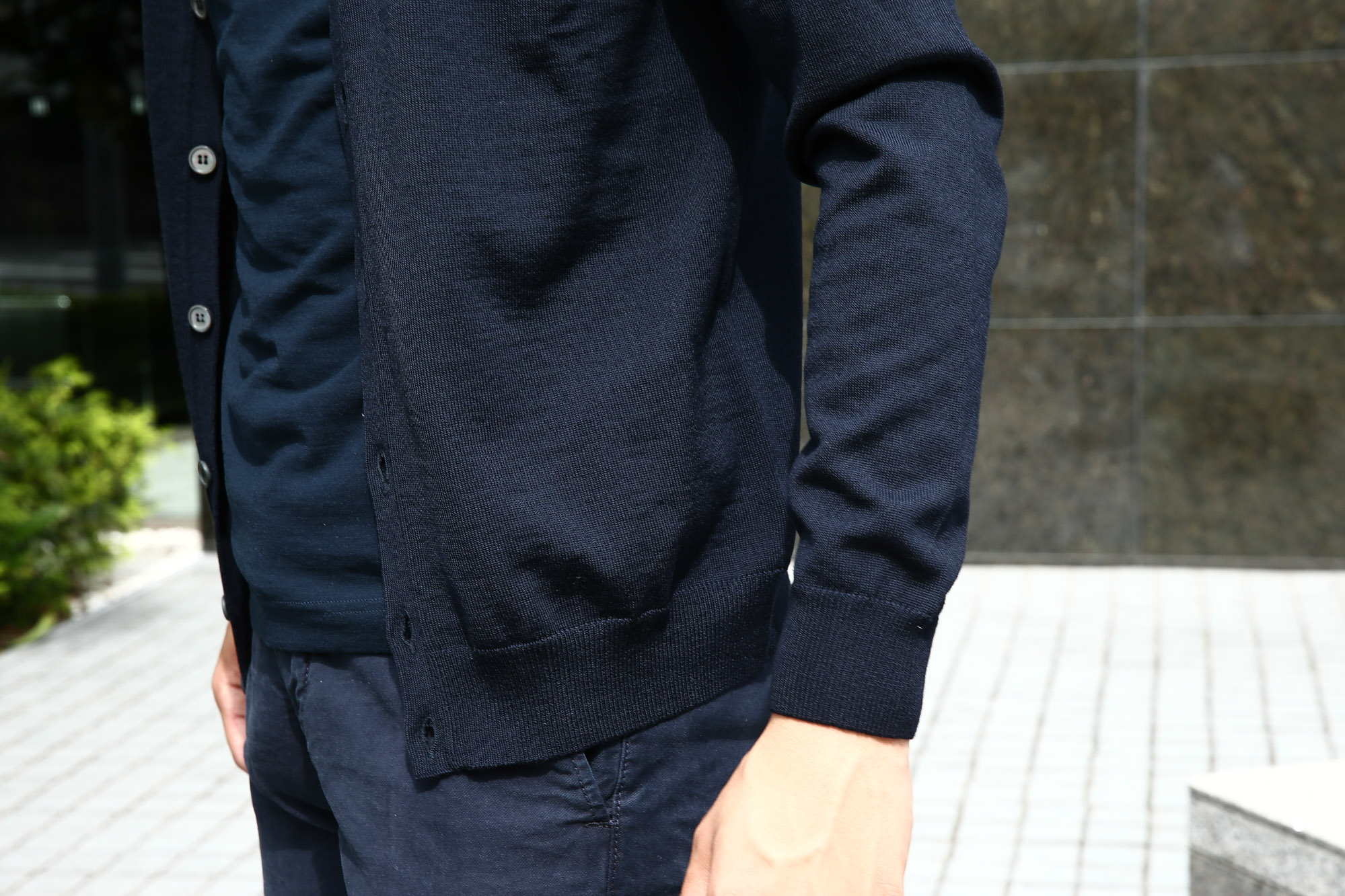 ZANONE(ザノーネ) CARDIGAN Sweaters V-Neck 811823 z0210 VIRGIN WOOL 100% ハイゲージニット ウールニット カーディガン NAVY(ネイビー・Z1375) のコーディネート画像。2016年秋冬 新作 名古屋 愛知 ZODIAC 入荷しました。