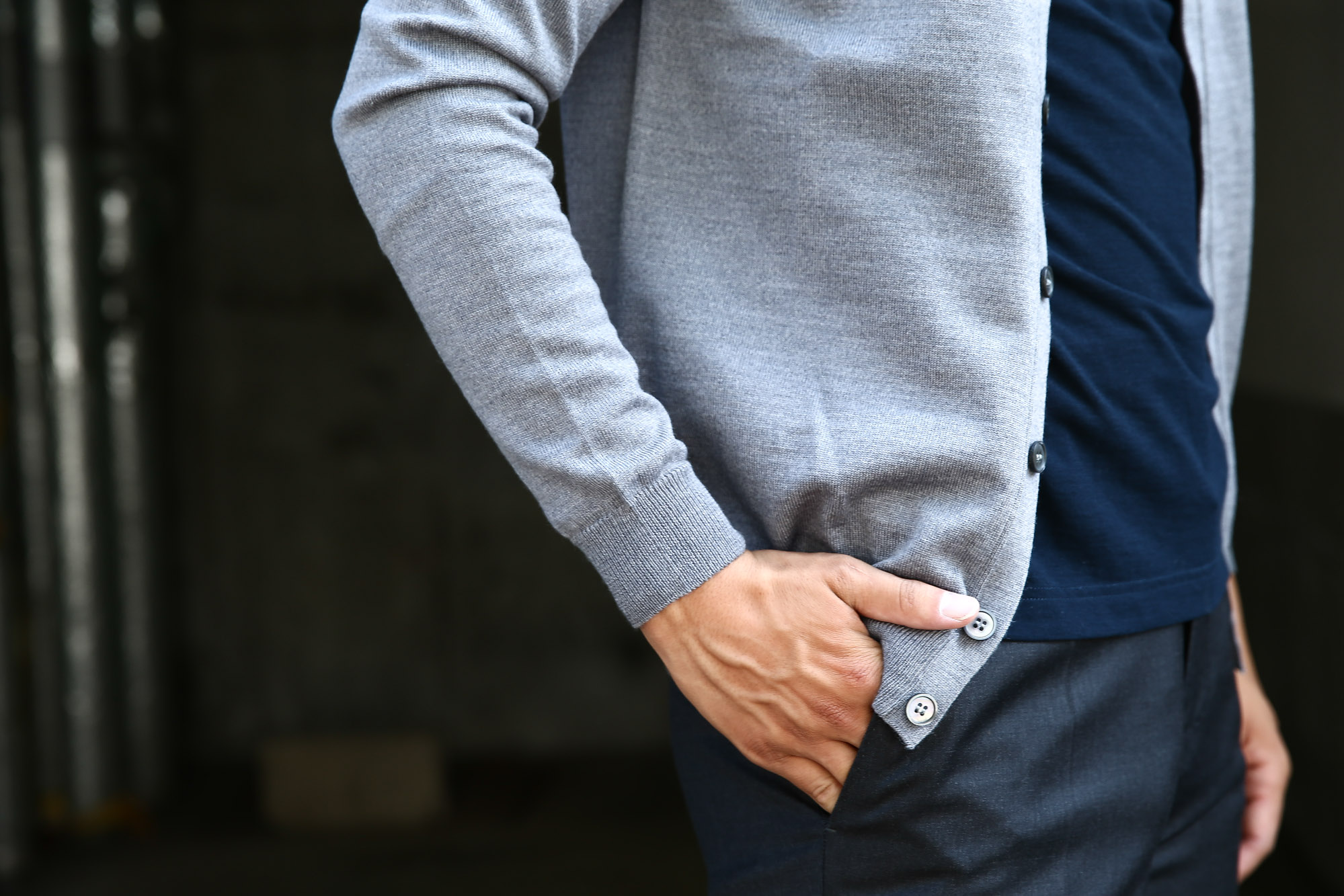 ZANONE (ザノーネ) CARDIGAN Sweaters V-Neck 811823 z0210 (Vネックカーディガン) GREY (グレー・Z3093) MADE IN ITALY のコーディネート画像。愛知 名古屋 Alto e Diritto アルト エ デリット ザノーネ 取扱い インコテックスとのコーディネート。