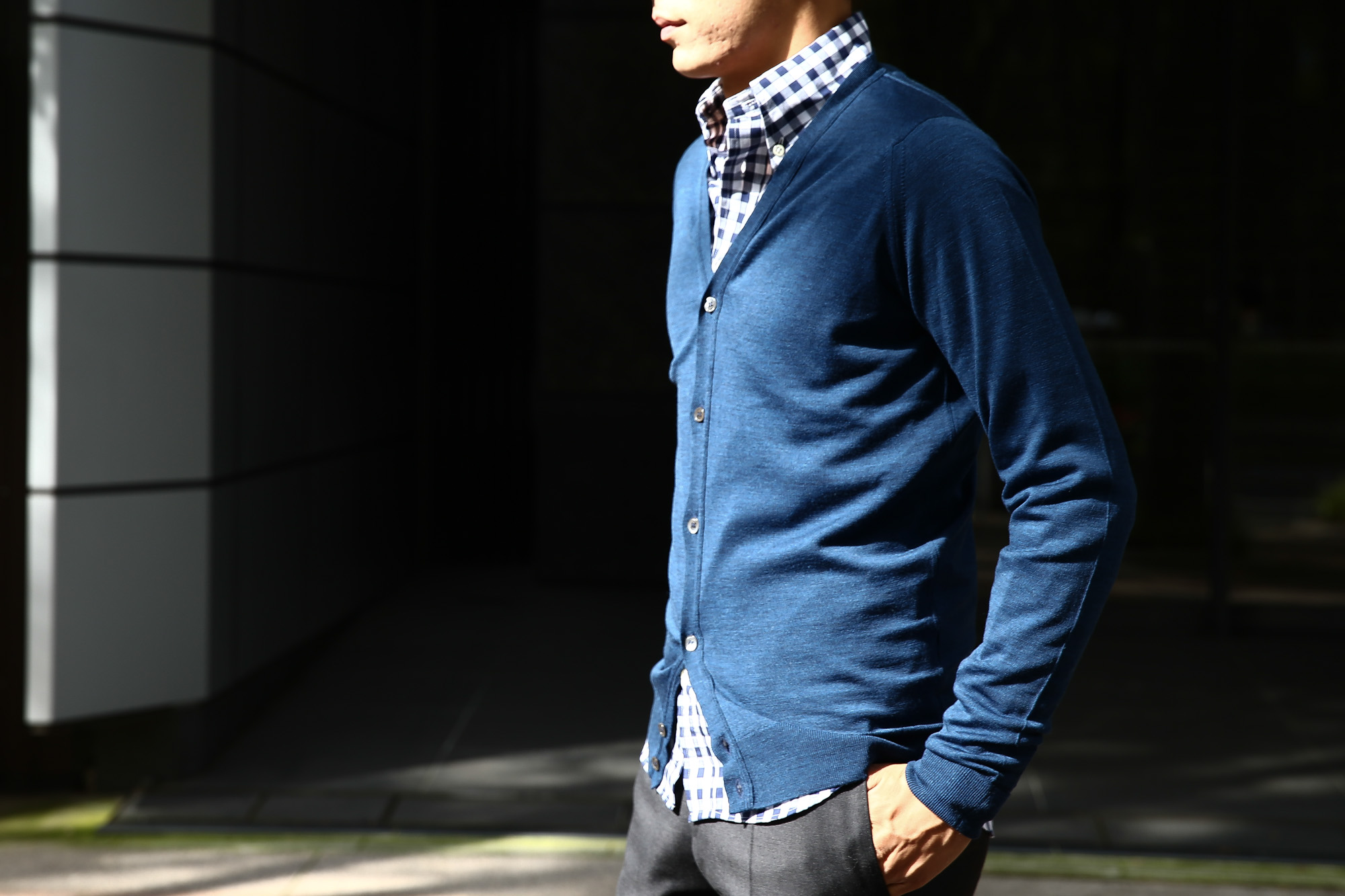 JOHN SMEDLEY (ジョンスメドレー) BRYN V-NECK CARDIGAN EASY FIT メリノウール100% ハイゲージニット Vネックカーディガン INDIGO (インディゴ) MADE IN GREAT BRITAIN(イギリス製) 2016 秋冬新作 のコーディネート画像。 XS,S,M,L 愛知 名古屋 ZODIAC ゾディアック スメドレー ジョンストン