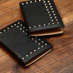 J&M DAVIDSON (ジェイアンドエムデヴィッドソン) VISIT CARD HOLDER WITH STUDS (ヴィジット カード ホルダー ウィズ スタッズ) 10082N GRAIN LEATHER (グレインレザー) カードケース BLACK (ブラック・999) Made in spain (スペイン製) 2017 春夏新作のイメージ