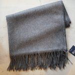 Johnstons (ジョンストンズ) WA56 STOLE Cashmere 100% カシミア 大判 ストール MID GREY (ミッドグレー・HA0501) Made in Scotland (スコットランド製) 2017 秋冬新作のイメージ