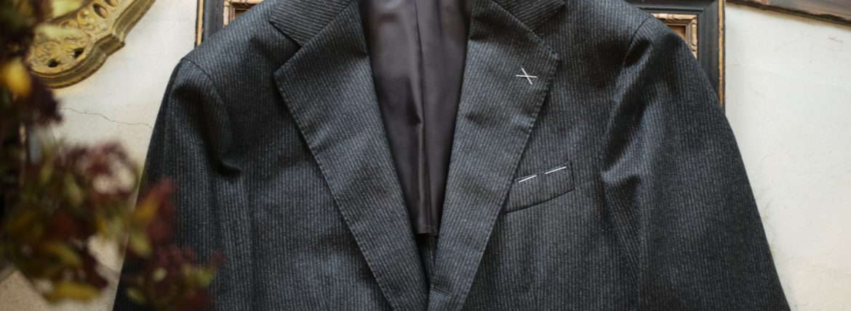 De Petrillo (デ ペトリロ) NAPOLI (ナポリ) ペンシルストライプ 段返り3B スーツ CHARCOAL GRAY (チャコールグレー・70) Made in italy (イタリア製) 2018 秋冬新作のイメージ