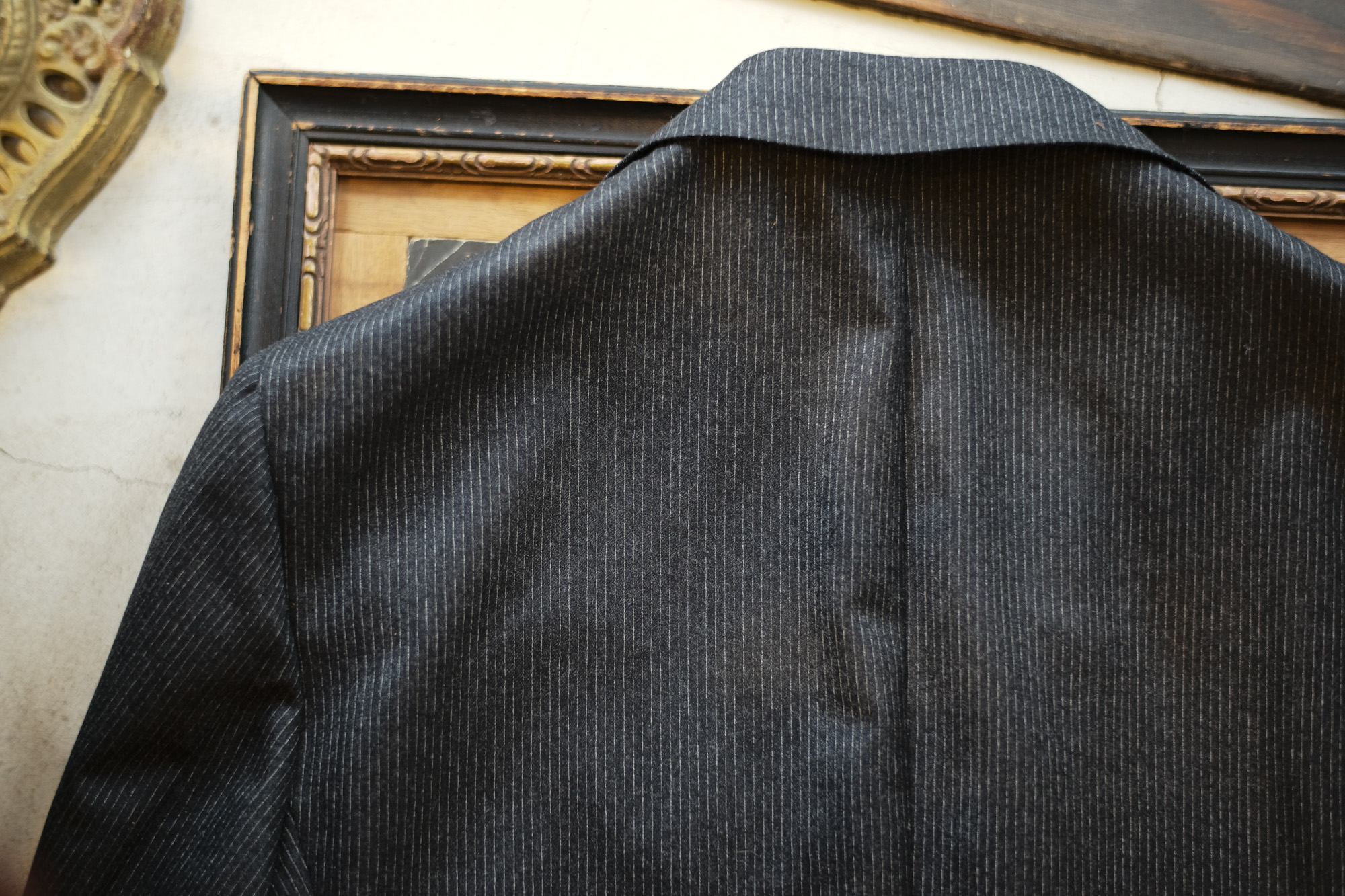 De Petrillo (デ ペトリロ) NAPOLI (ナポリ) ペンシルストライプ 段返り3B スーツ CHARCOAL GRAY (チャコールグレー・70) Made in italy (イタリア製) 2018 秋冬新作 depetrillo デペトリロ 愛知 名古屋 ZODIAC ゾディアック alto e diritto アルトエデリット