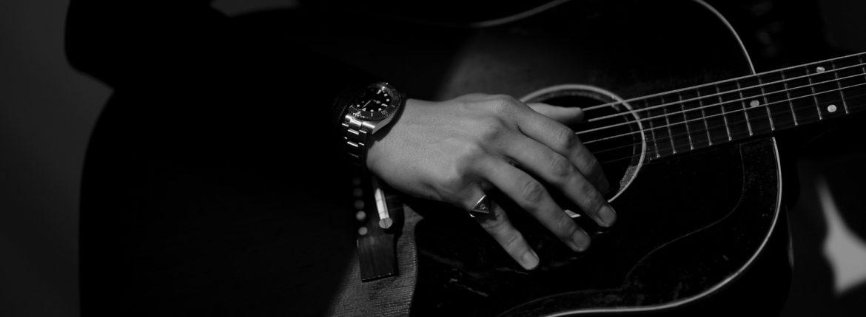 """FIXER(フィクサー) ILLUMINATI EYES RING 18K GOLD イルミナティ アイズリング GOLD(ゴールド) 愛知 名古屋 Alto e Diritto アルトエデリット 18金 リング Gibson ギブソン J-45 1959年製 ビンテージギター """"59"""" Gibsonマニアには特別な響きで神格化された一年。 ヴィンテージ専門に扱えるリペアマンに細部の調整を依頼。特にフレットを一度抜き溝をクリーニングして貰った事によるプレイアビリティ、サウンドスティーンの向上は、この個体のポテンシャルを更に高めました。半端ないオーラーを放つプレイヤーコンディションの別格品。無数の傷跡、塗装の剥げ落ちもなんのその、そのルックス、更にはサウンドにはただただ息をのむしかありません。コンディションは、ご覧のように全身びっしりと入ったウェザーチェック、ネック裏やバックを中心とした塗装剥げがあります。ピックガード際クラック修正済み、ボディトップ1弦側下部に鋭く穴が開いたような形跡が3ヶ所ほど確認出来ます。バック6弦側ウェスト付近に長いクラック修正が2か所あります。サドルは近年の初期セラミック復刻物が取り付けられていて雰囲気も抜群です。ブリッジプレートはおそらく同型のメイプルにて交換され、弦によるえぐれなどがなくサウンドの肝をしっかりと捉えてくれています。ナット交換、リフレット済みで、見た目と裏腹に物凄く手入れがしっかりとされています。ネックグリップは59年にしては比較的薄めで非常に使い易く馴染みます。漆黒のハカランダ指板は密度が濃く、サウンドの芯を確実に形成しています。採用期間の短いデカネジアジャスタブルサドルもポイント。上塗りのラージガード上にも無数に走るウェザーチェックが痺れます。ヘッドエッジが歴戦の中でも丸みを帯びているのも、抱える時に塗装面がザラっとするのも引き始めた時サウンドホールから溢れるアメリカの香りも全てがトップランク!チップボードケース付属。"""