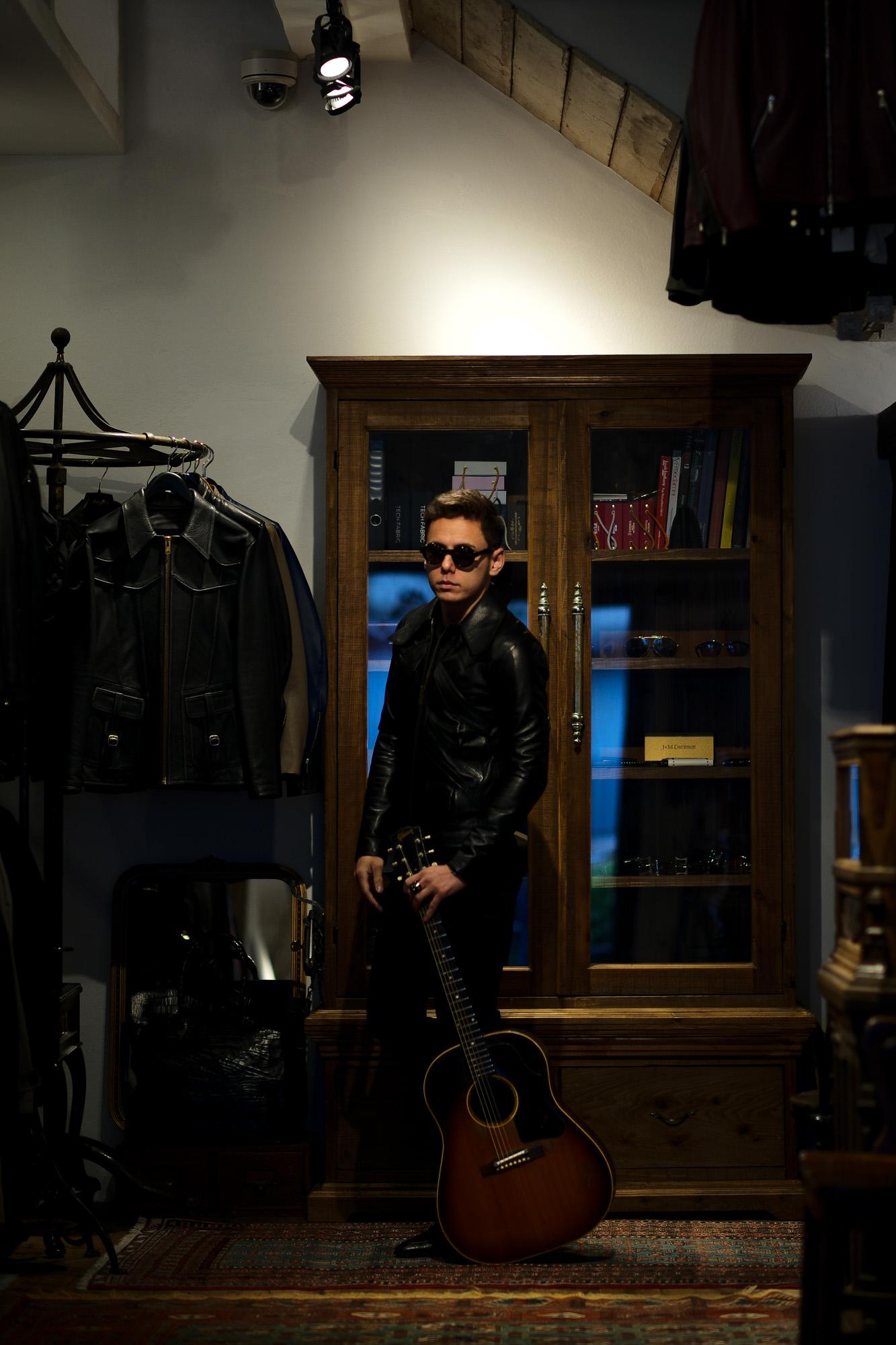 """cuervo bopoha (クエルボ ヴァローナ) Satisfaction Leather Collection (サティスファクション レザー コレクション) East West (イーストウエスト) WINCHESTER (ウィンチェスター) BUFFALO LEATHER (バッファロー レザー) レザージャケット BLACK (ブラック) MADE IN JAPAN (日本製) 2020 春夏新作 愛知 名古屋 altoediritto アルトエデリット Gibson ギブソン J-45 1959年製 ビンテージギター """"59"""" Gibsonマニアには特別な響きで神格化された一年。  ヴィンテージ専門に扱えるリペアマンに細部の調整を依頼。特にフレットを一度抜き溝をクリーニングして貰った事によるプレイアビリティ、サウンドスティーンの向上は、この個体のポテンシャルを更に高めました。半端ないオーラーを放つプレイヤーコンディションの別格品。無数の傷跡、塗装の剥げ落ちもなんのその、そのルックス、更にはサウンドにはただただ息をのむしかありません。コンディションは、ご覧のように全身びっしりと入ったウェザーチェック、ネック裏やバックを中心とした塗装剥げがあります。ピックガード際クラック修正済み、ボディトップ1弦側下部に鋭く穴が開いたような形跡が3ヶ所ほど確認出来ます。バック6弦側ウェスト付近に長いクラック修正が2か所あります。サドルは近年の初期セラミック復刻物が取り付けられていて雰囲気も抜群です。ブリッジプレートはおそらく同型のメイプルにて交換され、弦によるえぐれなどがなくサウンドの肝をしっかりと捉えてくれています。ナット交換、リフレット済みで、見た目と裏腹に物凄く手入れがしっかりとされています。ネックグリップは59年にしては比較的薄めで非常に使い易く馴染みます。漆黒のハカランダ指板は密度が濃く、サウンドの芯を確実に形成しています。採用期間の短いデカネジアジャスタブルサドルもポイント。上塗りのラージガード上にも無数に走るウェザーチェックが痺れます。ヘッドエッジが歴戦の中でも丸みを帯びているのも、抱える時に塗装面がザラっとするのも引き始めた時サウンドホールから溢れるアメリカの香りも全てがトップランク!チ ップボードケース付属。"""