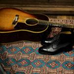 """EDWARD GREEN """"ALBION"""" THE 915 LAST Black Pin Grain エドワードグリーン ブーツ レザーブーツ アルビオン 915ラスト ブラックピングレイン 愛知 名古屋 altoediritto アルトエデリット Gibson J-45 Adj.1959年製 ギブソン ヴィンテージギター ビンテージギター MADE IN USA アメリカ製 ギター guitar アコギ アコースティックギター 愛知 名古屋 altoediritto アルトエデリット レア物 """"59"""" Gibsonマニアには特別な響きで神格化された一年。ヴィンテージ専門に扱えるリペアマンに細部の調整を依頼。特にフレットを一度抜き溝をクリーニングして貰った事によるプレイアビリティ、サウンドスティーンの向上は、この個体のポテンシャルを更に高めました。半端ないオーラーを放つプレイヤーコンディションの別格品。無数の傷跡、塗装の剥げ落ちもなんのその、そのルックス、更にはサウンドにはただただ息をのむしかありません。コンディションは、ご覧のように全身びっしりと入ったウェザーチェック、ネック裏やバックを中心とした塗装剥げがあります。ピックガード際クラック修正済み、ボディトップ1弦側下部に鋭く穴が開いたような形跡が3ヶ所ほど確認出来ます。バック6弦側ウェスト付近に長いクラック修正が2か所あります。サドルは近年の初期セラミック復刻物が取り付けられていて雰囲気も抜群です。ブリッジプレートはおそらく同型のメイプルにて交換され、弦によるえぐれなどがなくサウンドの肝をしっかりと捉えてくれています。ナット交換、リフレット済みで、見た目と裏腹に物凄く手入れがしっかりとされています。ネックグリップは59年にしては比較的薄めで非常に使い易く馴染みます。漆黒のハカランダ指板は密度が濃く、サウンドの芯を確実に形成しています。採用期間の短いデカネジアジャスタブルサドルもポイント。上塗りのラージガード上にも無数に走るウェザーチェックが痺れます。ヘッドエッジが歴戦の中でも丸みを帯びているのも、抱える時に塗装面がザラっとするのも引き始めた時サウンドホールから溢れるアメリカの香りも全てがトップランク!チップボードケース付属。"""