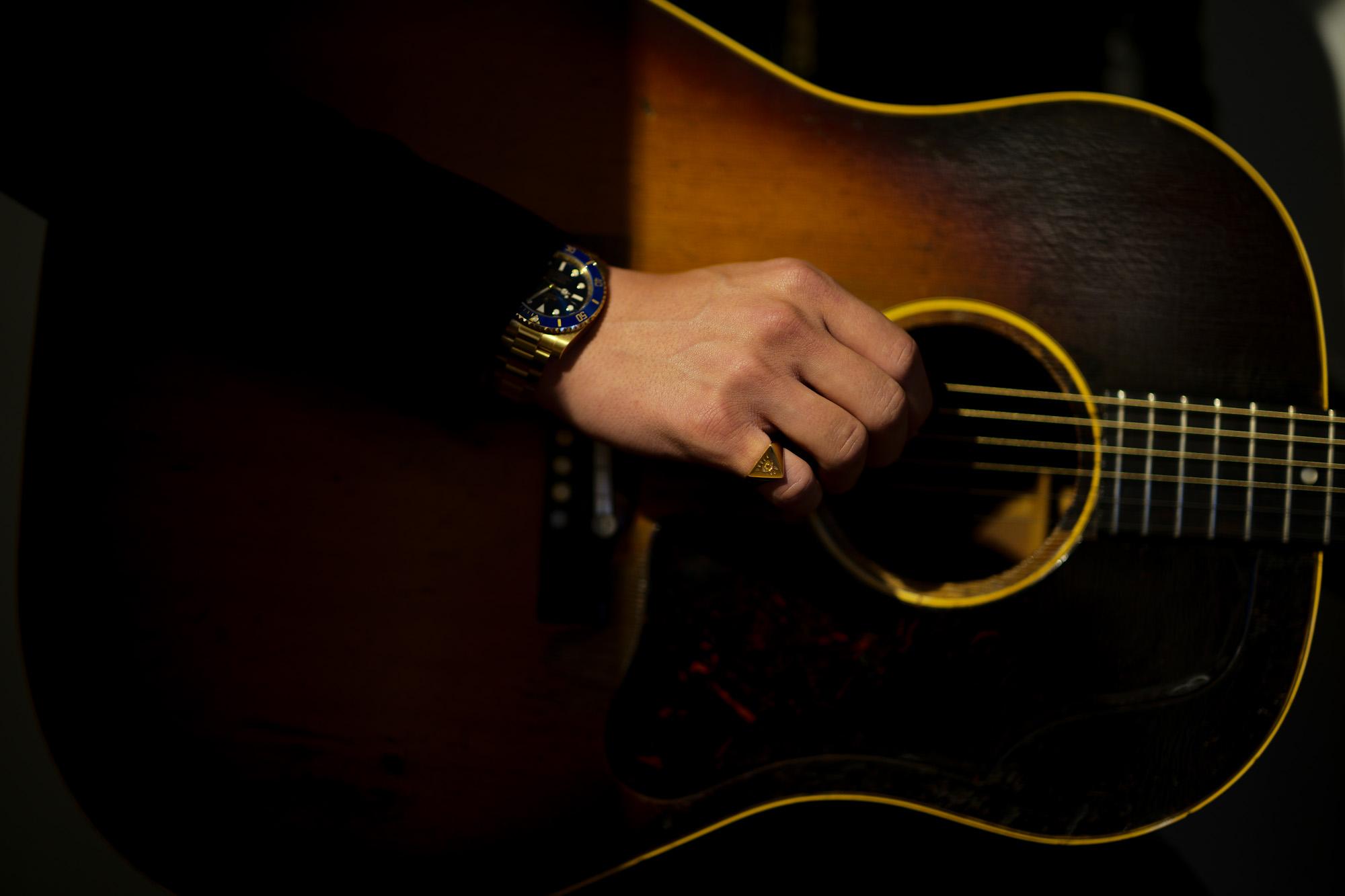 """FIXER(フィクサー) ILLUMINATI EYES RING 18K GOLD イルミナティ アイズリング GOLD(ゴールド) 【ご予約受付中】【2020.4.11(Sat)~2020.5.03(Sun)】愛知 名古屋 Alto e Diritto アルトエデリット 18金 リング Gibson ギブソン J-45 1959年製 ビンテージギター """"59"""" Gibsonマニアには特別な響きで神格化された一年。  ヴィンテージ専門に扱えるリペアマンに細部の調整を依頼。特にフレットを一度抜き溝をクリーニングして貰った事によるプレイアビリティ、サウンドスティーンの向上は、この個体のポテンシャルを更に高めました。半端ないオーラーを放つプレイヤーコンディションの別格品。無数の傷跡、塗装の剥げ落ちもなんのその、そのルックス、更にはサウンドにはただただ息をのむしかありません。コンディションは、ご覧のように全身びっしりと入ったウェザーチェック、ネック裏やバックを中心とした塗装剥げがあります。ピックガード際クラック修正済み、ボディトップ1弦側下部に鋭く穴が開いたような形跡が3ヶ所ほど確認出来ます。バック6弦側ウェスト付近に長いクラック修正が2か所あります。サドルは近年の初期セラミック復刻物が取り付けられていて雰囲気も抜群です。ブリッジプレートはおそらく同型のメイプルにて交換され、弦によるえぐれなどがなくサウンドの肝をしっかりと捉えてくれています。ナット交換、リフレット済みで、見た目と裏腹に物凄く手入れがしっかりとされています。ネックグリップは59年にしては比較的薄めで非常に使い易く馴染みます。漆黒のハカランダ指板は密度が濃く、サウンドの芯を確実に形成しています。採用期間の短いデカネジアジャスタブルサドルもポイント。上塗りのラージガード上にも無数に走るウェザーチェックが痺れます。ヘッドエッジが歴戦の中でも丸みを帯びているのも、抱える時に塗装面がザラっとするのも引き始めた時サウンドホールから溢れるアメリカの香りも全てがトップランク!チップボードケース付属。"""