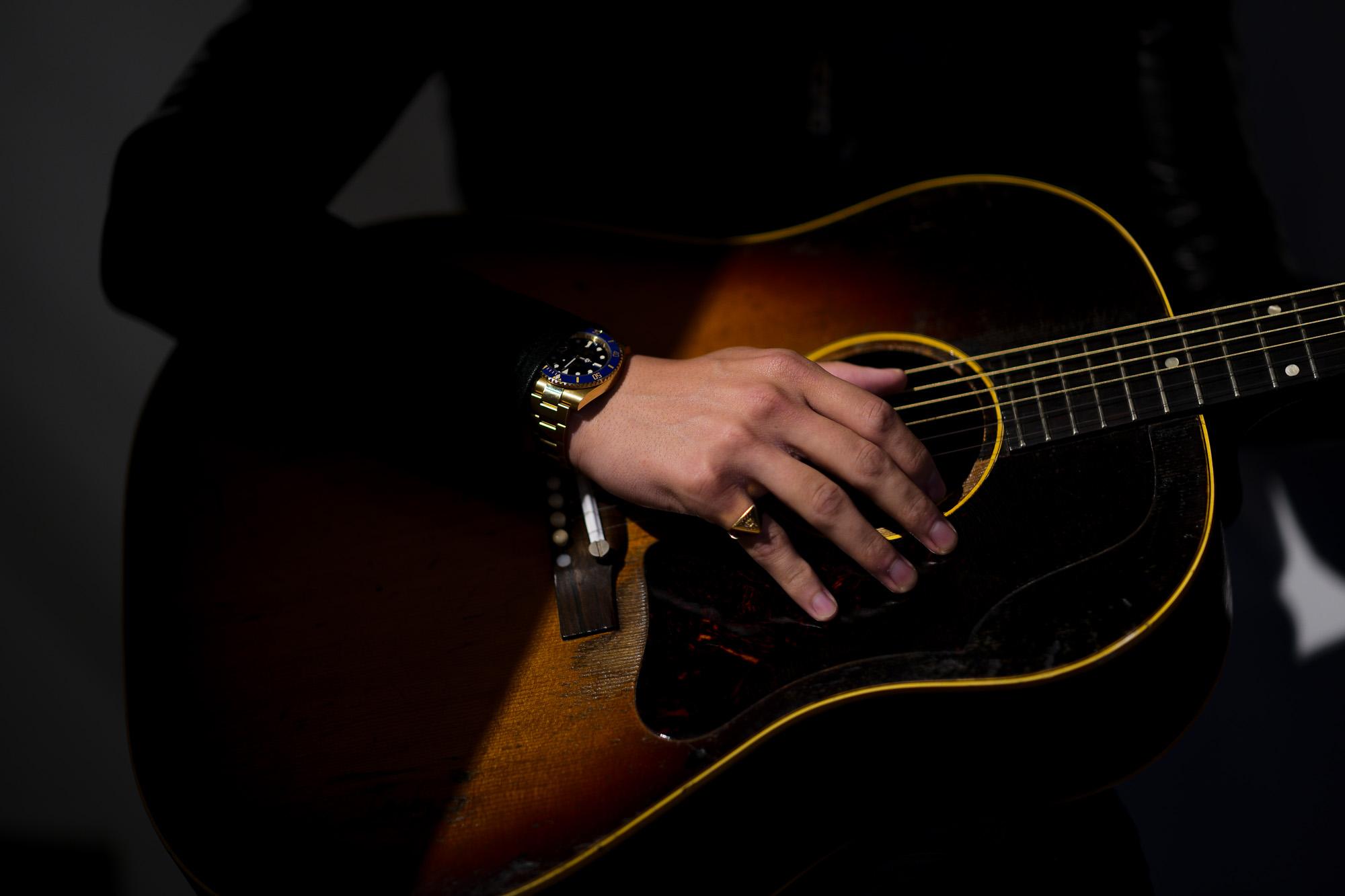 """FIXER(フィクサー) ILLUMINATI EYES RING 18K GOLD イルミナティ アイズリング GOLD(ゴールド) 【ご予約開始】【2020.4.11(Sat)~2020.5.03(Sun)】 愛知 名古屋 Alto e Diritto アルトエデリット 18金 リング Gibson ギブソン J-45 1959年製 ビンテージギター """"59"""" Gibsonマニアには特別な響きで神格化された一年。  ヴィンテージ専門に扱えるリペアマンに細部の調整を依頼。特にフレットを一度抜き溝をクリーニングして貰った事によるプレイアビリティ、サウンドスティーンの向上は、この個体のポテンシャルを更に高めました。半端ないオーラーを放つプレイヤーコンディションの別格品。無数の傷跡、塗装の剥げ落ちもなんのその、そのルックス、更にはサウンドにはただただ息をのむしかありません。コンディションは、ご覧のように全身びっしりと入ったウェザーチェック、ネック裏やバックを中心とした塗装剥げがあります。ピックガード際クラック修正済み、ボディトップ1弦側下部に鋭く穴が開いたような形跡が3ヶ所ほど確認出来ます。バック6弦側ウェスト付近に長いクラック修正が2か所あります。サドルは近年の初期セラミック復刻物が取り付けられていて雰囲気も抜群です。ブリッジプレートはおそらく同型のメイプルにて交換され、弦によるえぐれなどがなくサウンドの肝をしっかりと捉えてくれています。ナット交換、リフレット済みで、見た目と裏腹に物凄く手入れがしっかりとされています。ネックグリップは59年にしては比較的薄めで非常に使い易く馴染みます。漆黒のハカランダ指板は密度が濃く、サウンドの芯を確実に形成しています。採用期間の短いデカネジアジャスタブルサドルもポイント。上塗りのラージガード上にも無数に走るウェザーチェックが痺れます。ヘッドエッジが歴戦の中でも丸みを帯びているのも、抱える時に塗装面がザラっとするのも引き始めた時サウンドホールから溢れるアメリカの香りも全てがトップランク!チップボードケース付属。"""