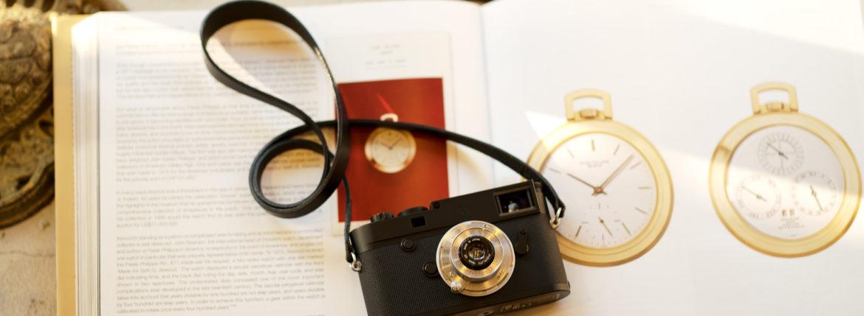 """LEICA M10-P """"ASC 100 Edition"""" ライカ M10 P ライカ 限定モデル ELMAR35 1938年製 エルマー ビンテージレンズ 愛知 名古屋 altoediritto アルトエデリット LEICA M10-P """"ASC 100 Edition"""" 映画製作者のためのM型カメラライカは、全米撮影監督協会(American Society of Cinematographers、ASC)の設立100周年を記念し、映画の世界にふさわしい特別モデル「ライカM10-P """"ASC 100 Edition""""」を発表いたしました。 映画芸術を推進するために1919年に設立された全米撮影監督協会は、この分野では世界で最も長い歴史を持ち、時代を代表する撮影監督たちが会員となってきました。ハリウッドに本部を置く同協会は、ライカと同じく100年以上にわたり、あらゆる世界の文化人に影響を与え、それを形作ってきました。同協会が2019年2月に33回目を数える名誉あるASCアワードを表彰したことに合わせ、映画製作者のための特別モデル「ライカM10-P """"ASC 100 Edition」がお披露目されました。無類の写真好きだったオスカー・バルナックは、重量のあるスチルカメラの扱いにくさを軽減する必要性を感じていました。そこで、当時の映画製作者が主に使用していた35mm映画用フィルムを使用し、映画の2コマ分を1画面として使う24×36mmのフィルムサイズを採用したスチルカメラを製作しました。これについて、彼は自身のメモに「Mikrokinoeinrichtung fertig für Aufnahmen」(映画の撮影に対応したマイクロシネ装置)と書き記しています。この発想から1914年に「ウル・ライカ」が生まれることになり、現代に続く35mm判の基礎となりました。これが「ウル・ライカ」の誕生にまつわる1つのストーリーですが、実はその裏にもう1つのストーリーがあります。オスカー・バルナックは当時、映画用フィルムの露出をテストできる装置を求めていました。20世紀初頭ごろは、撮影する前にシーンの視覚的および技術的特性をチェックするのは、現代以上に大変な作業でした。当時の映画製作者は、大型で重いシネカメラで貴重な35mmフィルムを回し続けて撮影しながら、適正露出を調べなくてはならなかったのです。オスカー・バルナックはこれに対し、自身が開発した画期的な「ウル・ライカ」のおかげで、フィルムのわずか1コマを露出させるだけでこれを確認できるようにしました。さらに、彼はこの技術に磨きをかけ、露出過度および露出不足のフィルムを使用して、理想的な露出値の近似値を得ることに成功しました。バルナックが生み出した35mm判スチルカメラ第1号機によってフォトグラフィーの世界に新時代が到来したことで、ライカの名は映画製作と強く結びつくことになりました。そしてこの度、1世紀以上前に始まったストーリーに新たなエピソードが加わりました。それが、バルナックの独創的な発想を現代に色濃く伝える特別モデル「ライカM10-P """"ASC 100 Edition""""」です。この特別モデルは、市販されているカメラの中で、写真に映画の質感を再現することができる唯一のカメラです。このモデルで初めて、シーンの特性、主観的な「感じ方」やフレーミングなどを確実かつ容易に解釈できるようになりました。シネルックの特別な仕様の「ライカM10-P」とレンズ「ライカ ズミクロンM f2.0/35mm ASPH.」を組み合わせたこの特別モデルは、卓越した視覚体験を提供したいと考える映画監督や映画製作者の大きな力となる、まさにプロ向けのアイテムと言えます。2つのシネルックモデルは、ライカの画質を担当するスペシャリストと世界的な影響力を持つ映画製作者やASCのメンバーが協力して開発しました。「ASC Cine Classic」モードでは35mm映画用フィルムの質感を、「ASC Contemporary」モードでは現代映画の最先端のデジタル的な質感を表現することができます。また、「ライカM10-P """"ASC 100 Edition""""」がプロフェッショナルな映画製作者にとって完璧なアイテムとなるよう、映画撮影に用いられるさまざまなアスペクト比をユーザーが自由に選択できるようになっており、その選択を有効にすると、選択したアスペクト比がブライトフレームとして表示されます。この特別限定モデルには、電子ビューファインダー「ビゾフレックス」と「ライカM-PLマウント」も含まれています。シネルックと選択可能なアスペクト比だけでなく、さらにビューファーンダーを組み合わせると、デジタルシーンファインダーとして活用できます。また、「ラ"""