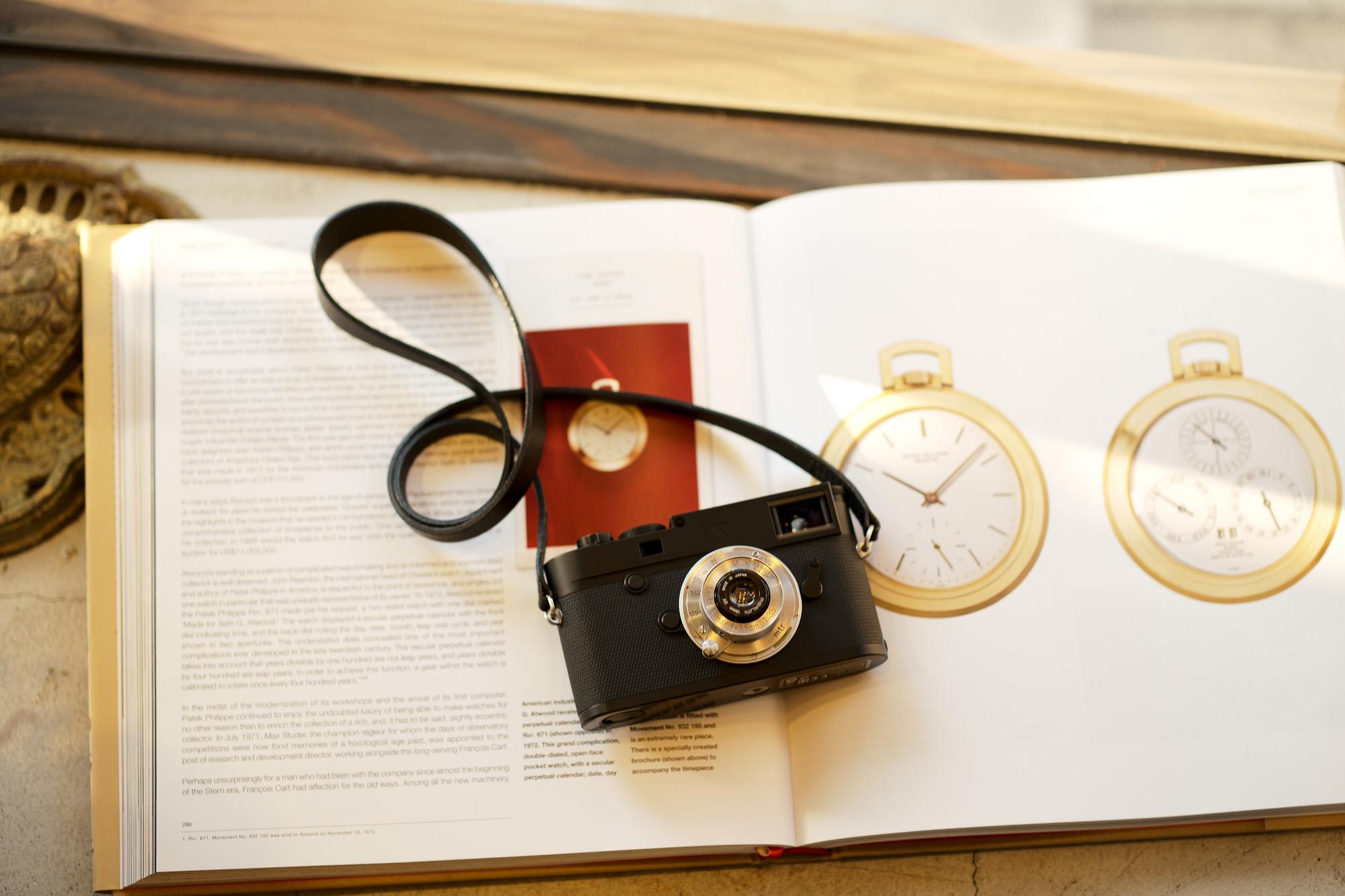 """LEICA M10-P """"ASC 100 Edition""""  ライカ M10 P ライカ 限定モデル ELMAR35 1938年製 エルマー ビンテージレンズ 愛知 名古屋 altoediritto アルトエデリット LEICA M10-P """"ASC 100 Edition"""" 映画製作者のためのM型カメラライカは、全米撮影監督協会(American Society of Cinematographers、ASC)の設立100周年を記念し、映画の世界にふさわしい特別モデル「ライカM10-P """"ASC 100 Edition""""」を発表いたしました。     映画芸術を推進するために1919年に設立された全米撮影監督協会は、この分野では世界で最も長い歴史を持ち、時代を代表する撮影監督たちが会員となってきました。ハリウッドに本部を置く同協会は、ライカと同じく100年以上にわたり、あらゆる世界の文化人に影響を与え、それを形作ってきました。同協会が2019年2月に33回目を数える名誉あるASCアワードを表彰したことに合わせ、映画製作者のための特別モデル「ライカM10-P """"ASC 100 Edition」がお披露目されました。無類の写真好きだったオスカー・バルナックは、重量のあるスチルカメラの扱いにくさを軽減する必要性を感じていました。そこで、当時の映画製作者が主に使用していた35mm映画用フィルムを使用し、映画の2コマ分を1画面として使う24×36mmのフィルムサイズを採用したスチルカメラを製作しました。これについて、彼は自身のメモに「Mikrokinoeinrichtung fertig für Aufnahmen」(映画の撮影に対応したマイクロシネ装置)と書き記しています。この発想から1914年に「ウル・ライカ」が生まれることになり、現代に続く35mm判の基礎となりました。これが「ウル・ライカ」の誕生にまつわる1つのストーリーですが、実はその裏にもう1つのストーリーがあります。オスカー・バルナックは当時、映画用フィルムの露出をテストできる装置を求めていました。20世紀初頭ごろは、撮影する前にシーンの視覚的および技術的特性をチェックするのは、現代以上に大変な作業でした。当時の映画製作者は、大型で重いシネカメラで貴重な35mmフィルムを回し続けて撮影しながら、適正露出を調べなくてはならなかったのです。オスカー・バルナックはこれに対し、自身が開発した画期的な「ウル・ライカ」のおかげで、フィルムのわずか1コマを露出させるだけでこれを確認できるようにしました。さらに、彼はこの技術に磨きをかけ、露出過度および露出不足のフィルムを使用して、理想的な露出値の近似値を得ることに成功しました。バルナックが生み出した35mm判スチルカメラ第1号機によってフォトグラフィーの世界に新時代が到来したことで、ライカの名は映画製作と強く結びつくことになりました。そしてこの度、1世紀以上前に始まったストーリーに新たなエピソードが加わりました。それが、バルナックの独創的な発想を現代に色濃く伝える特別モデル「ライカM10-P """"ASC 100 Edition""""」です。この特別モデルは、市販されているカメラの中で、写真に映画の質感を再現することができる唯一のカメラです。このモデルで初めて、シーンの特性、主観的な「感じ方」やフレーミングなどを確実かつ容易に解釈できるようになりました。シネルックの特別な仕様の「ライカM10-P」とレンズ「ライカ ズミクロンM f2.0/35mm ASPH.」を組み合わせたこの特別モデルは、卓越した視覚体験を提供したいと考える映画監督や映画製作者の大きな力となる、まさにプロ向けのアイテムと言えます。2つのシネルックモデルは、ライカの画質を担当するスペシャリストと世界的な影響力を持つ映画製作者やASCのメンバーが協力して開発しました。「ASC Cine Classic」モードでは35mm映画用フィルムの質感を、「ASC Contemporary」モードでは現代映画の最先端のデジタル的な質感を表現することができます。また、「ライカM10-P """"ASC 100 Edition""""」がプロフェッショナルな映画製作者にとって完璧なアイテムとなるよう、映画撮影に用いられるさまざまなアスペクト比をユーザーが自由に選択できるようになっており、その選択を有効にすると、選択したアスペクト比がブライトフレームとして表示されます。この特別限定モデルには、電子ビューファインダー「ビゾフレックス」と「ライカM-PLマウント」も含まれています。シネルックと選択可能なアスペクト比だけでなく、さらにビューファーンダーを組み合わせると、デジタルシーンファインダーとして活用できます。"""