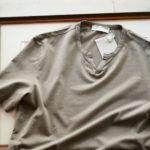 Girelli Bruni (ジレリブルーニ) Key Neck T-shirt (キーネック Tシャツ) GIZA 60/2 ギザコットン キーネックTシャツ MILITARY (ミリタリー) made in italy (イタリア製) 2020秋冬新作  【入荷しました】【フリー分発売開始】のイメージ