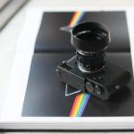 2021年2月28日 発売 LEICA NOCTILUX-M 50 f/1.2 ASPH. ライカ ノクティルックス オールドレンズ 銘玉 オールドレンズの魅力に満ちた個性的な描写の銘玉 ライカノクティルックス-M 50 f/1.2 ASPH. ライカMシステムの歴史においても屈指の銘レンズが、最新の理論と技術を駆使して緻密にレンズ設計を行いデジタル時代にふさわしいレンズとして現代に復活しました。オリジナルの「ライカ ノクティルックスM f1.2/50mm」は銘玉として名高く、今なお写真愛好家を魅了してやみません。その理由は、現代の技術においても秀逸な明るい開放値と、精密につくり上げられた非球面レンズ、そして絞り開放時の個性的で美しい描写が得られる優れた性能にあります。このレンズは1966年から1975年にかけてわずか1,757本だけしか製造されなかったため、非常に希少なレンズなのです。闇夜に輝く街灯、車のテールランプ、キャンドルの灯りに照らされる子供の顔、スポットライトを浴びるパフォーマー。ノクティルックスで撮影した写真は、ありのままの自然な印象ではっきりと描き出され、その独特なボケ味によってまるで印象派の絵画のような美しさが漂います。世界中の写真家たちは優れた描写性能を誇るこのレンズを操り、創造力とビジュアルセンスを自由に発揮しながら光と闇が織りなすストーリーを紡ぎ出しています。「新たに登場するライカ ノクティルックスM f1.2/50mm ASPH.は、世界で初めて光学系に非球面レンズを採用したレンズの復刻版です」1966年、ある博覧会で展示された1本のレンズが、きわめて革新的な光学設計で来場者や報道関係者を驚かせました。そのレンズこそが、オリジナル版の「ノクティルックスM f1.2/50mm」でした。当時の基準では圧倒的ともいえる明るさと、非常に優れた光学性能が大きな特長でしたが、その明るさと光学性能が実現できた理由のひとつには、非球面レンズを2枚採用したことが挙げられます。実はこのオリジナル版の「ノクティルックスM f1.2/50mm」は、世界で初めて非球面レンズを採用して一般販売されたレンズです。非球面レンズを採用した目的は、絞り開放で発生する球面収差を低減すること、そして描写力を向上させることでした。今回、歴史に名を刻むこの銘玉を復活させるにあたり、オリジナルの光学設計を可能な限り維持しながら、現代のガラス材料と製造工程に合わせて光学系をつくり上げました。