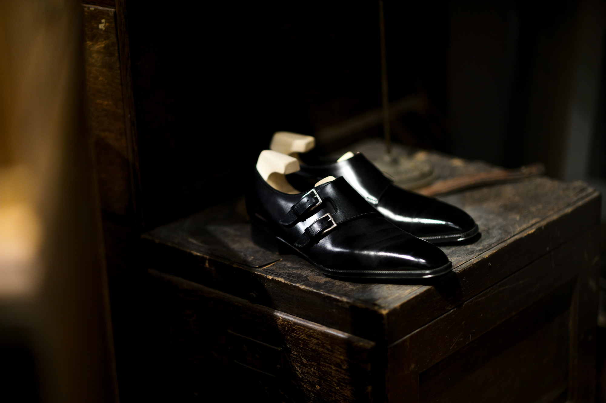 Yohei Fukuda // Double Monk Strap Shoes BLACK 【Bespoke】ヨーヘイフクダ 福田洋平 ビスポークシューズ オーダー会 受注会 名古屋 受注会開催 オーダー会開催 ダブルモンクストラップシューズ ドレスシューズ ブラック 仮縫い 完成 福田洋平 Yohei Fukuda 東京都港区北青山2-12-27 BAL青山2F 既製靴 ビスポークシューズ ビスポーク 受注会 オーダー会 ダブルモンク テディベア Yohei Fukuda learned shoemaking in Northamptonshire, the traditional home of English shoemaking, followed by a local apprenticeship and then work for several years for London firms.After returning to Japan he founded Yohei Fukuda in Tokyo in 2008. Since its founding the workshop has grown and now has 4 additional craftsmen, each driven by the same passion for shoemaking and dedication to quality for which Yohei Fukuda shoes are known.At Yohei Fukuda the aim is to create classically styled shoes of the highest quality that will be of value to their owners for many years. By using the finest materials and time-tested techniques of traditional bespoke shoemaking, we hope to make shoes of timeless elegance.名だたるビスポーク・シューメーカーで靴作りを手がけてきた福田洋平が2008年に設立した「Yohei Fukuda」の公式オンラインショップ。伝統的な英国靴の仕立てを継承しつつ、ミリ単位にまでこだわる日本人ならではの感性で、モダン