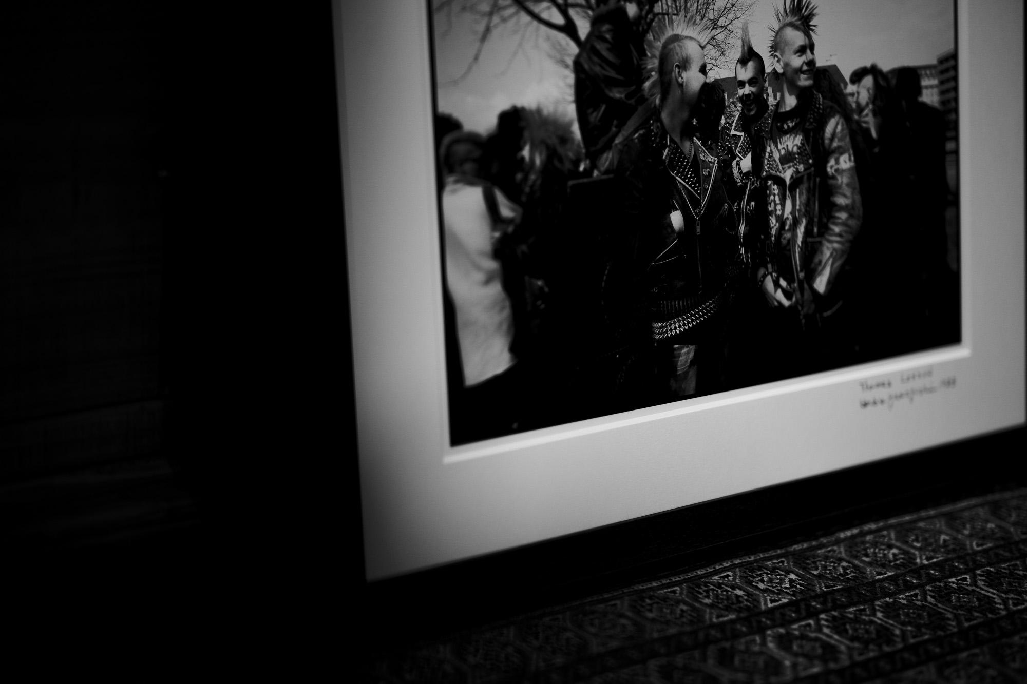 Thames LONDON / HERBIE YAMAGUCHI 1983 テムズ川 ロンドン ハービー山口 1983年 イギリス England イングランド 写真家 写真 http://www.herbie-yamaguchi.com/ オリジナルプリント Portrait Joe 地下鉄のジョー パンク Punk 愛知 名古屋 Alto e Diritto altoediritto アルトエデリット  革ジャン レザージャケット ライダースジャケット モヒカン 鋲ジャン 1983年イギリス総選挙 イギリス名誉革命史 United Kingdom General Election, 1983 ハービー・山口は写真家、エッセイスト。 東京都大田区出身。 作家名の由来は、自身が傾倒していたジャズ・フルート奏者のハービー・マンから。山口 芳則 「LONDON AFTER THE DREAM」(流行通信社 1985)「LEICA LIVE LIFE」福山雅治写真集 (ソニーマガジンズ 1994)「代官山17番地」(アップリンク 1998)「尾崎豊」(光栄 1998)「DISTANCE」福山雅治写真集 (アミューズブックス 1999「TIMELESS IN LUXEMBOURG」 (ルクセンブルク大公国大使館 1999)「bridge22 LP」山崎まさよし×ハービー・山口(ソニーマガジンズ 2001)「LONDON CHASING THE DREAM 」(カラーフィールド 2003)「peace」(アップリンク 2003)フジテレビドラマ「優しい時間―富良野にて」(フジテレビ出版 2005)「HOPE 空、青くなる」(講談社 2003)代官山17番地
